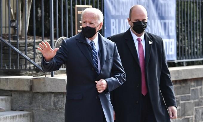 Tổng thống Joe Biden vẫy tay chào người dân bên ngoài nhà thờ Ba ngôi ở Washington ngày 24/1. Ảnh: AFP.