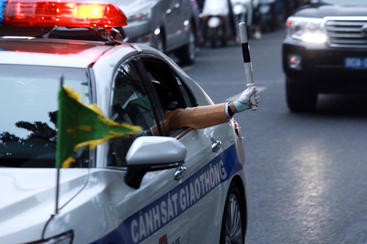 Hàng nghìn cảnh sát dẫn đoàn, phân luồng bảo vệ Đại hội Đảng