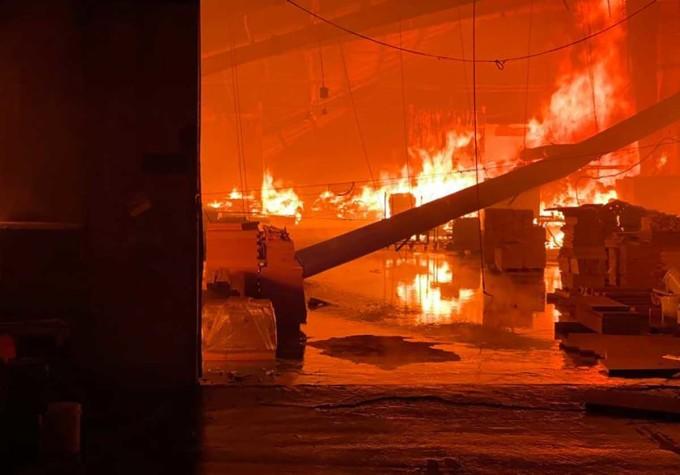 Bên trong khu xưởng sản xuất đồ gỗ bị cháy. Yên Khánh