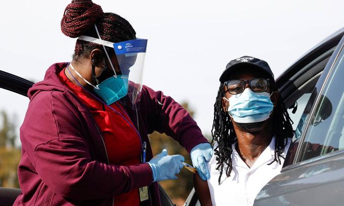 Một y tá tiêm vaccine Covid-19 cho người dân tại thành phố Pasadena, bang California, Mỹ, hôm 12/1. Ảnh: Reuters.