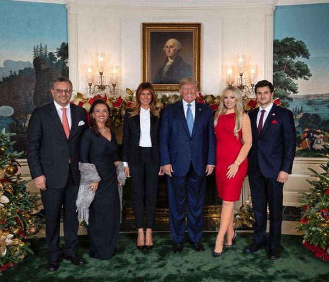 Michael cùng bố mẹ chụp ảnh với Tiffany và vợ chồng Trump tại Nhà Trắng vào Giáng sinh năm 2019. Ảnh: Instagram/Tiffany Trump.