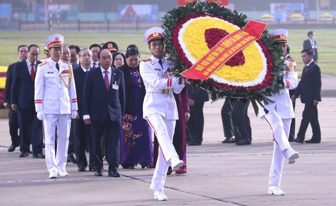 Lãnh đạo Đảng, Nhà nước và các đại biểu dự Đại hội XIII vào Lăng viếng Chủ tịch Hồ Chí Minh. Ảnh: TTX