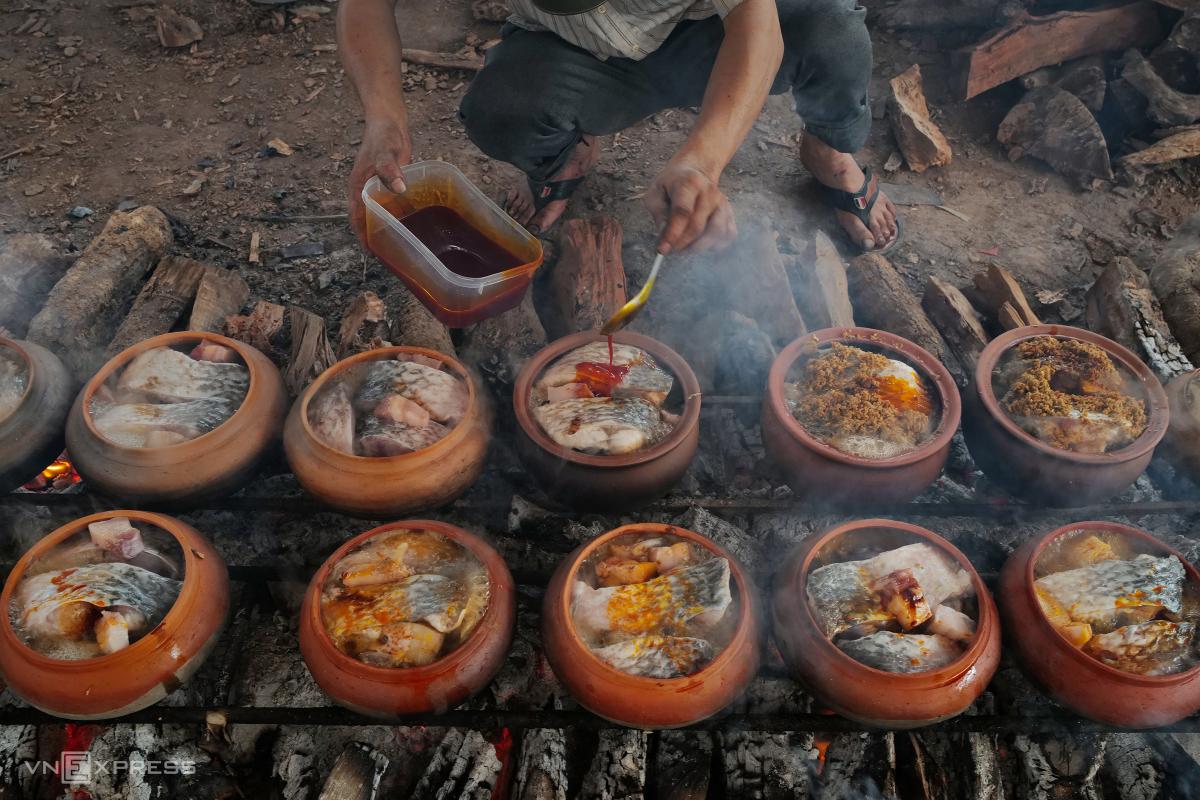 Người làng Vũ Đại đeo mặt nạ kho cá