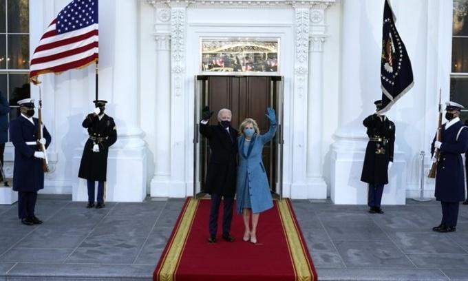 Tổng thống Mỹ Joe Biden và Đệ nhất phu nhân Jill Biden vẫy tay chào khi họ đến cổng phía bắc Nhà Trắng ngày 20/1. Ảnh: AP.