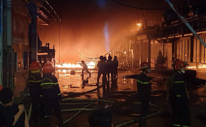 Cảnh sát nỗ lực khống chế đám cháy bên trong nhà xưởng, lúc 21h30. Ảnh: Đình Văn.