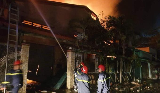 Cảnh sát chặn không cho đám cháy lan sang khu nhà dân. Ảnh: Đình Văn