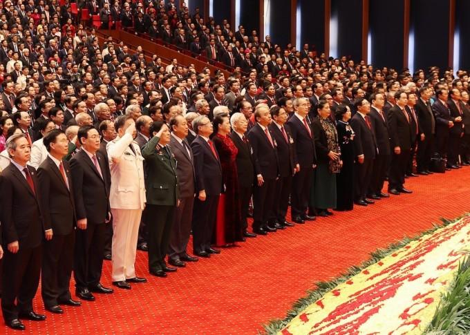 Các đại biểu thực hiện nghi thức chào cờ tại phiên khai mạc Đại hội XIII của Đảng. Ảnh: TTXVN
