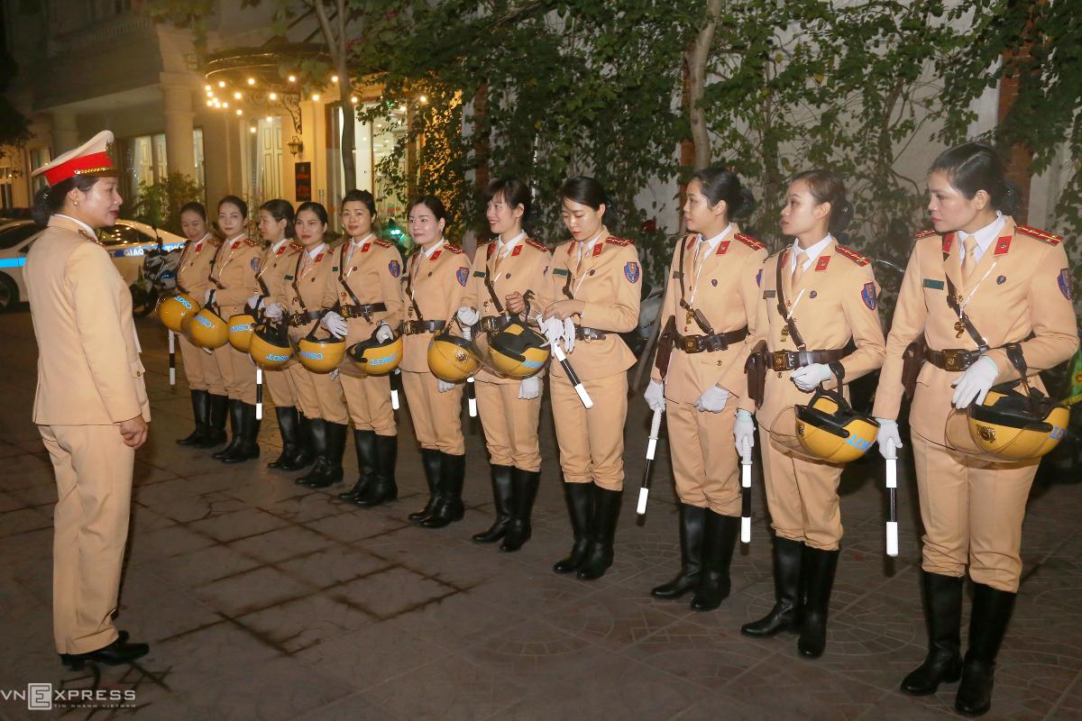 Nữ cảnh sát giao thông dẫn đoàn đại biểu dự Đại hội Đảng
