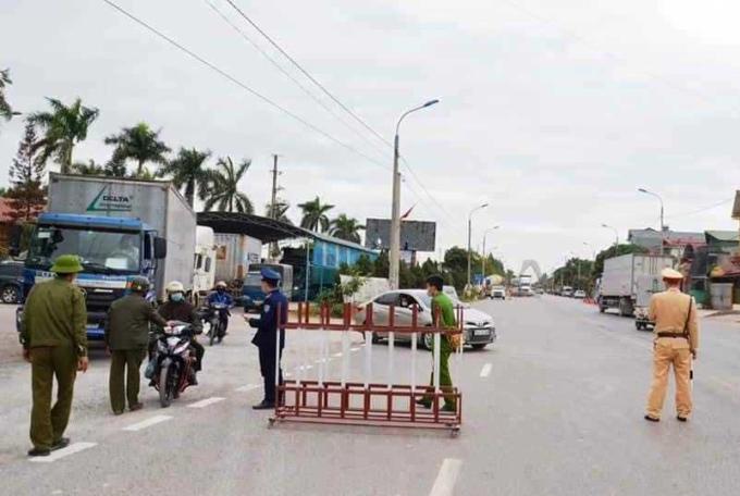 Chốt kiểm soát được lập tại cửa ngõ Quảng Ninh nằm trên quốc lộ 18A, địa phận xã Bình Dương thị xã Đông Triều giáp với thành phố Chí Linh, tỉnh Hải Dương. Ảnh: Bảo Thắng
