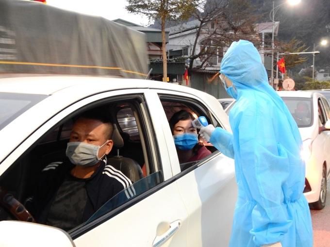 Chốt kiểm soát được lập ngày 28/1, trên quốc lộ 18A, phường Hà Phòng cửa ngõ vào TP Hạ Long. Ảnh: Minh Cương