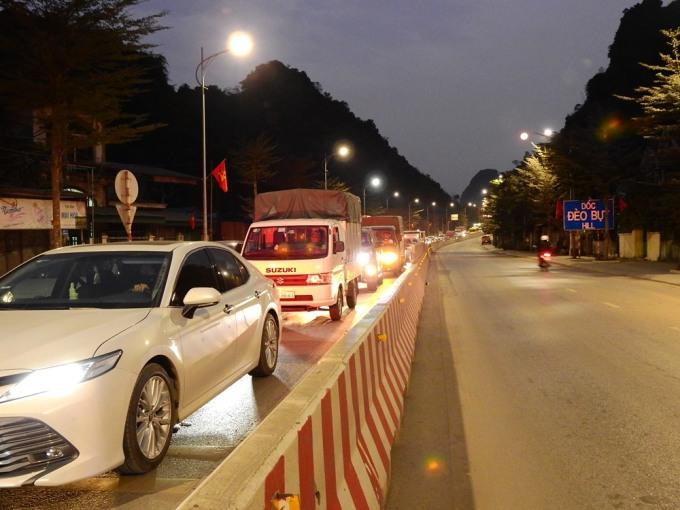 Đến hơn 18h ngày 28/1, khu vực dốc đèo Bụt, phường Hà Phòng, TP Hạ Long vẫn ùn ứ kéo dài gần 1km. Ảnh: Minh Cương