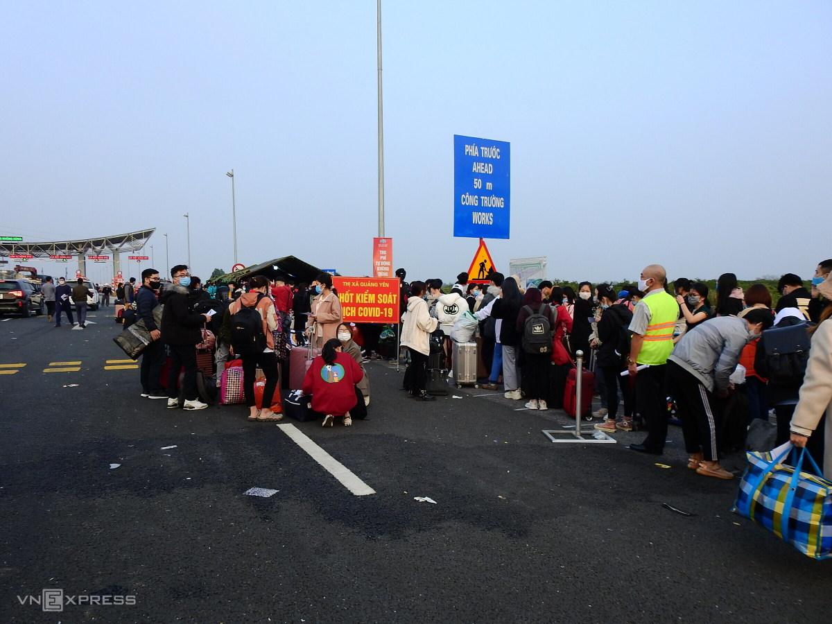 Dòng người xếp hàng trên cao tốc chờ khai báo y tế