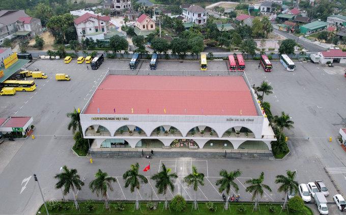 Một số xe khách chạy tuyến Hải Dương, Quảng Ninh đậu tại bến xe Hà Tĩnh, sáng 28/1. Ảnh: Đức Hùng