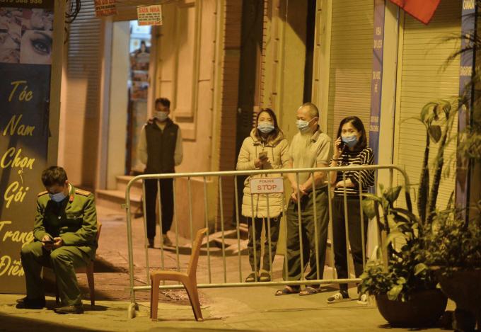 Ngõ 92 Nguyễn Khánh Toàn bị phong tỏa đêm 28/1. Ảnh: Minh Nhân.
