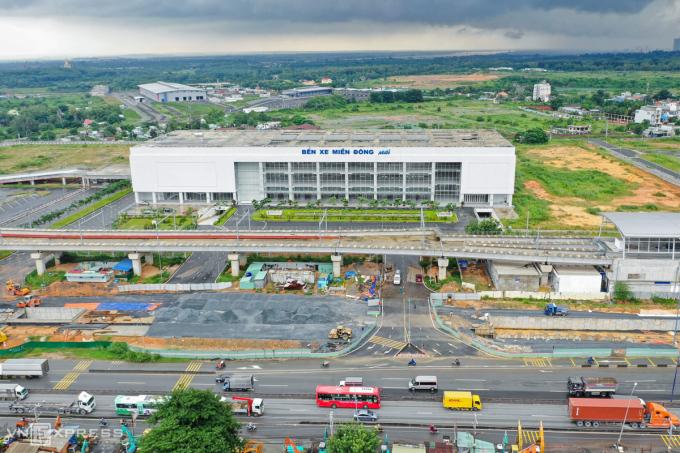 Thi công các hạng mục thuộc dự án cầu vượt trước Bến xe Miền Đông chuẩn bị cho bến đưa vào hoạt động hồi tháng 10/2020. Ảnh: Hữu Khoa.