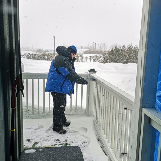 Myhrvold dùng một miếng xốp đen để thu thập bông tuyết. Ảnh: LLC.