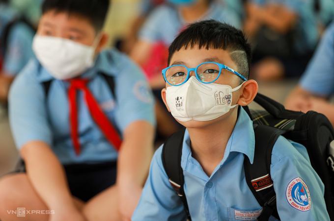 Học sinh trườn Tiểu học Đinh Tiên Hoàng (TP HCM) đến trường hồi tháng 5. Ảnh: Quỳnh Trần.