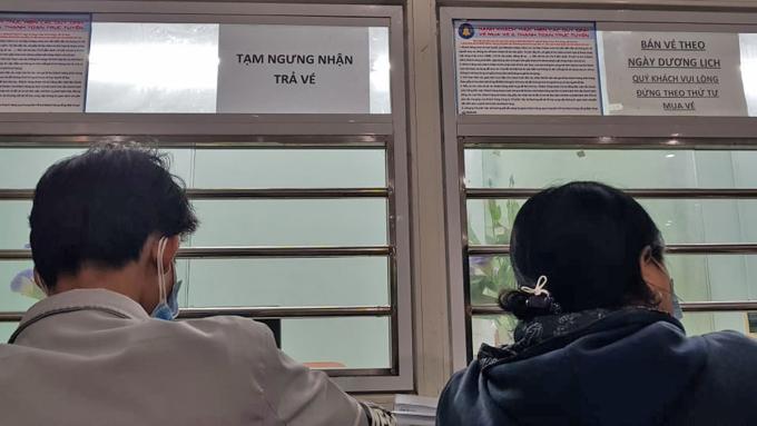Thông báo tạm ngưng nhận trả vé tại ga Biên Hoà, tối 1/2. Ảnh: Phước Tuấn.