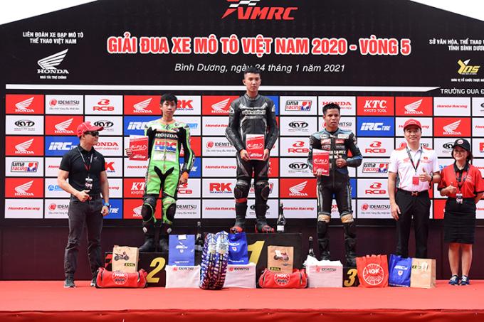 Các tay đua tại bục nhận giải.