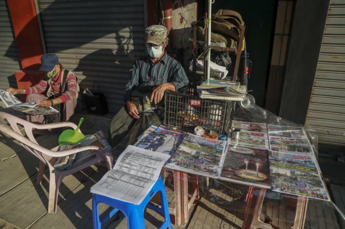 Người dân đọc tin tức về vụ đảo chính tại một sạp báo ở Yangon, Myanmar, hôm 2/2. Ảnh: AP.