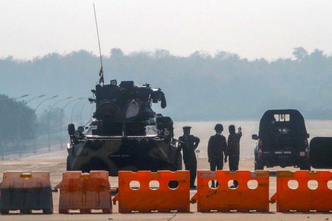 Quân đội Myanmar cùng xe bọc thép phong toả con đường dẫn tới toà nhà quốc hội ở thủ đô Naypyitaw hôm 2/2. Ảnh: AP.