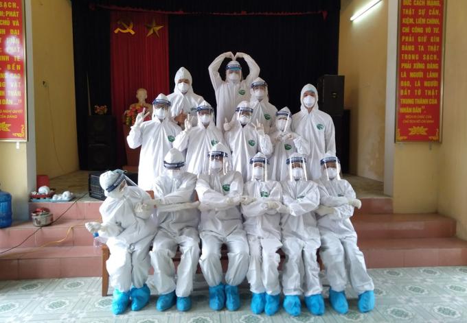 Nguyễn Danh Hạnh (trên cùng) và các sinh viên khoa Xét nghiệm, Đại học Kỹ thuật Y tế Hải Dương, trong buổi đi lấy mẫu ở xã Hiệp An, Kinh Môn, Hải Dương. Ảnh: Nhân vật cung cấp.