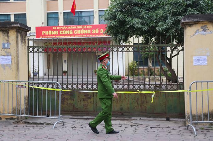 Phòng công chứng số 3 trên phố Duy Tân bị phong toả. Ảnh: Phạm Dự.
