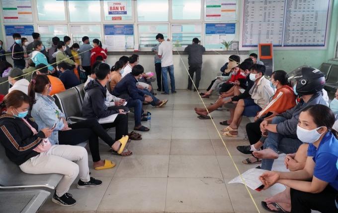 Hành khách chờ đổi vé ở ga Biên Hòa. Ảnh: Phước Tuấn.