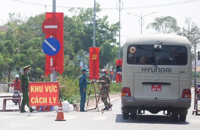 Xe quân đội chở sinh viên đi đến khu cách ly tập trung. Ảnh:Nguyệt Triều.