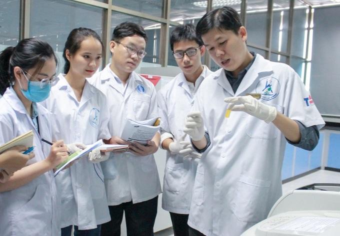 TS Chinh hướng dẫn sinh viên nghiên cứu tách chiết hợp chất tự nhiên. Ảnh: NVCC.