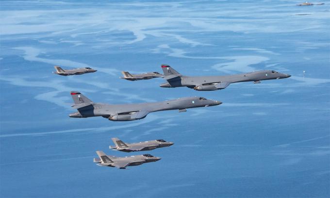 Tiêm kích F-35 Na Uy hộ tổng oanh tạc cơ B-1B Mỹ trong một đợt triển khai năm 2020. Ảnh: USAF.