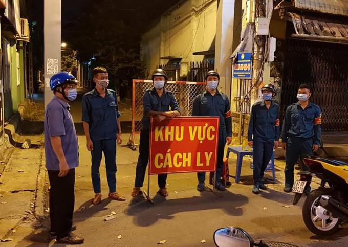 TP Thủ Dầu Một tiếp tục cách ly nhiều khu phố rạng sáng 3/2. Ảnh: Yên Khánh