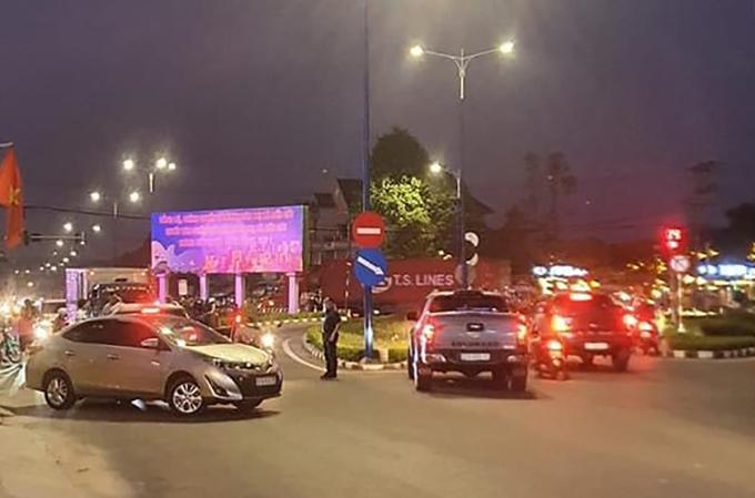 Cảnh sát chặn ở ngã ba để vây bắt nghi can giết người. Ảnh: Yên Khánh