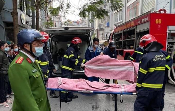 Lực lượng cứu hộ đưa 4 nạn nhân đến bệnh viện. Ảnh: Anh Chiến.