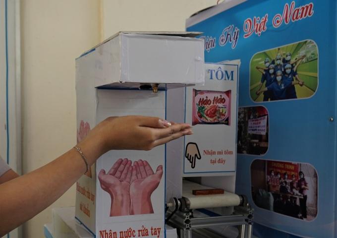 Máy ATM tích hợp chức năng rửa tay sát khuẩn và phát nhu yếu phẩm. Ảnh: Phạm Linh.