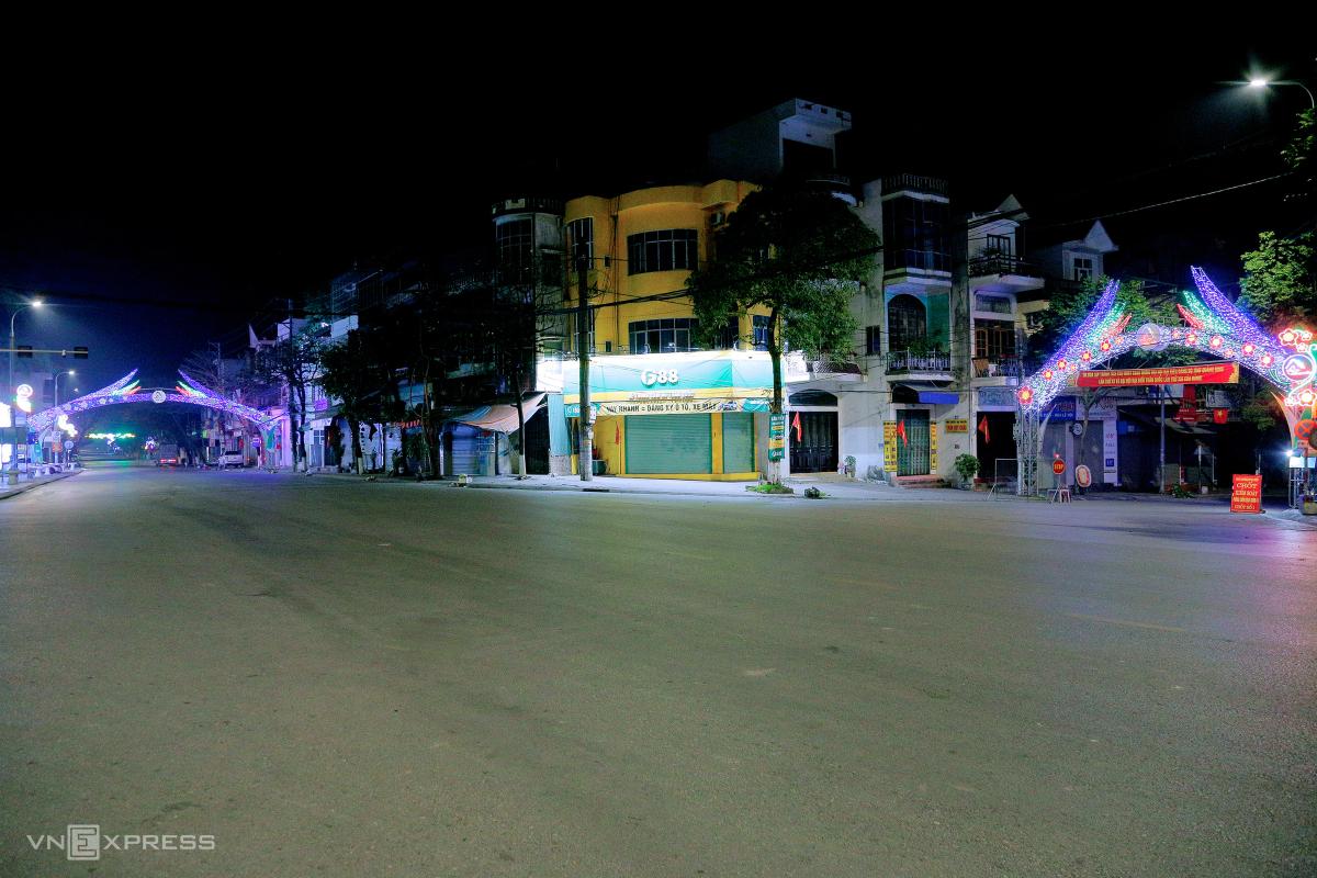 Đêm trong khu phong tỏa ở thị xã Đông Triều
