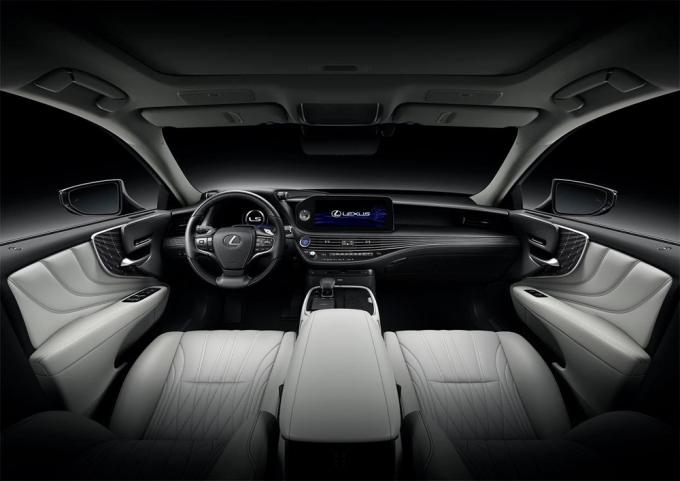 Nội thất tinh chỉnh một số chi tiết, như đồng hồ hiển thị thay đổi hình dáng. Ảnh: Lexus