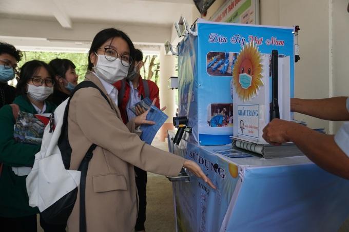 Máy ATM phát khẩu trang tự động cho học sinh THPT Trần Quốc Tuấn. Ảnh: Phạm Linh.