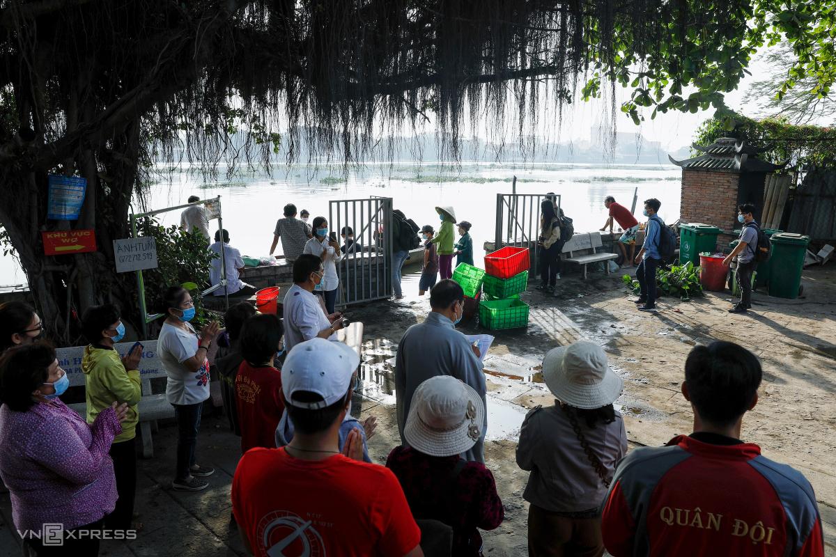 Người dân thả cả tấn cá trong ngày cúng ông Táo