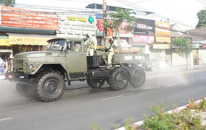 Lực lượng chức năng phun xịt khử khuẩn trên đường phố TP Thủ Dầu Một, tỉnh Bình Dương, sáng 4/2. Ảnh: Nguyệt Triều.