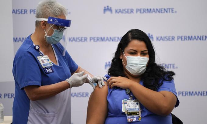 Một nhân viên y tế được tiêm vaccine Covid-19 tại trung tâm y tế Kaiser Permanente ở Los Angeles, bang California hồi tháng 12/2020. Ảnh: AP.