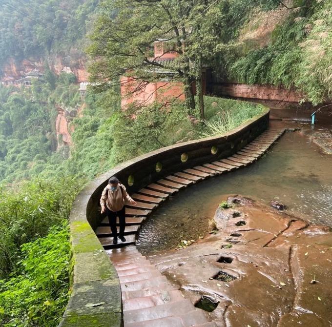 Tô Mẫn tham quan công viên quốc gia Rừng trúc Thục Nam, thắng cảnh nổi tiếng gần thành phố Thành Đô, tỉnh Tứ Xuyên, tháng 12/2020. Ảnh: Weibo/Tô Mẫn