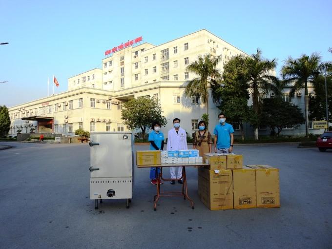 Đại diện Qũy Hy vọng trao những món của của độc giả Vnexpress và nhà đồng hành cho Bệnh viện số 2. Ảnh: Minh Cương