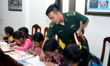 Lớp học tiếng Anh trên đảo của lính biên phòng