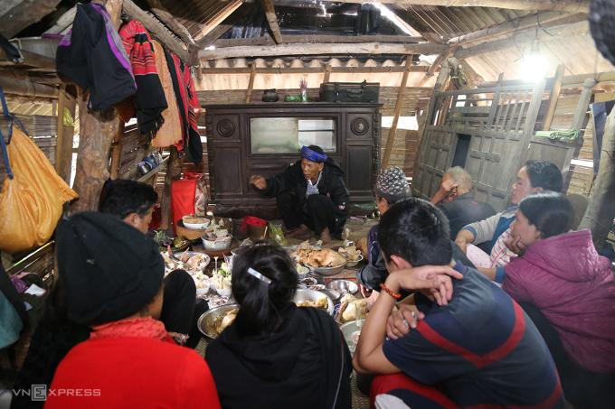 Lễ cúng A Da trong nhà của Trưởng làng Kôn Ngãi. Ảnh: Hoàng Táo