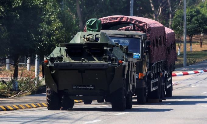 Thiết giáp lội nước BRDM-2MS dẫn đầu đoàn xe quân sự tại thủ đô  Naypyidaw, Myanmar, ngày 4/1. Ảnh: Reuters.
