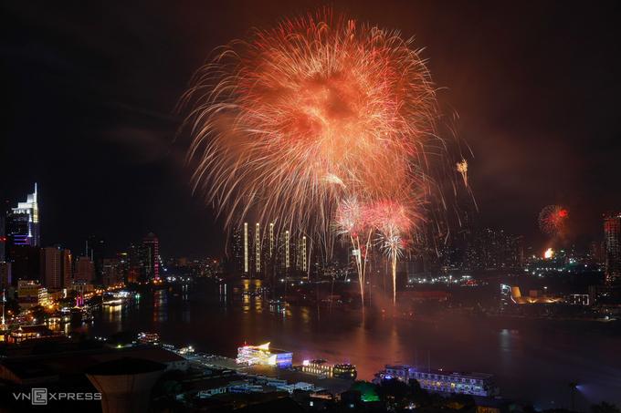 Bắn pháo hoa giao thừa Tết Dương lịch 2021 ở hầm Thủ Thiêm, TP Thủ Đức. Ảnh: Hữu Khoa.