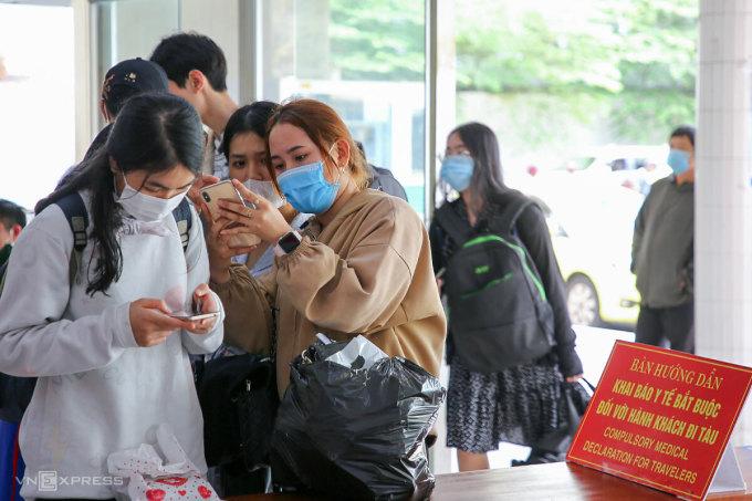 Hành khách đi tàu hoả khai báo y tế online trước khi lên tàu tại Ga đường sắt Đà Nẵng, trưa 6/2. Ảnh: Nguyễn Đông.