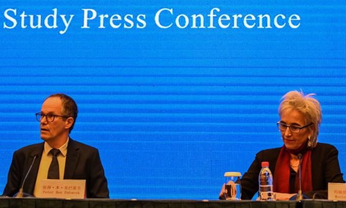 Các chuyên gia thuộc phái đoàn của WHO tại cuộc họp báo tại Vũ Hán, Trung Quốc, hôm nay. Ảnh: AFP.