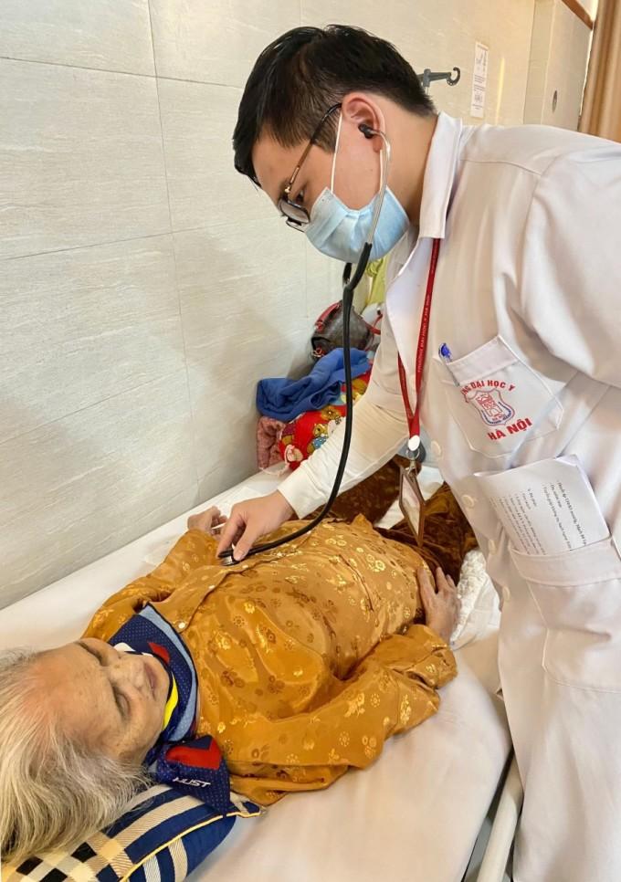 Đức Anh thăm khám cho bệnh nhân trong một buổi học lâm sàng ở Bệnh viện Lão khoa Trung ương. Ảnh: Nhân vật cung cấp.